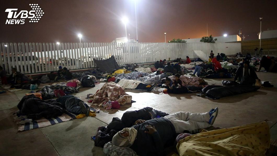 圖/達志影像路透社 中美洲移民隊伍抵美墨邊界 未獲准過關