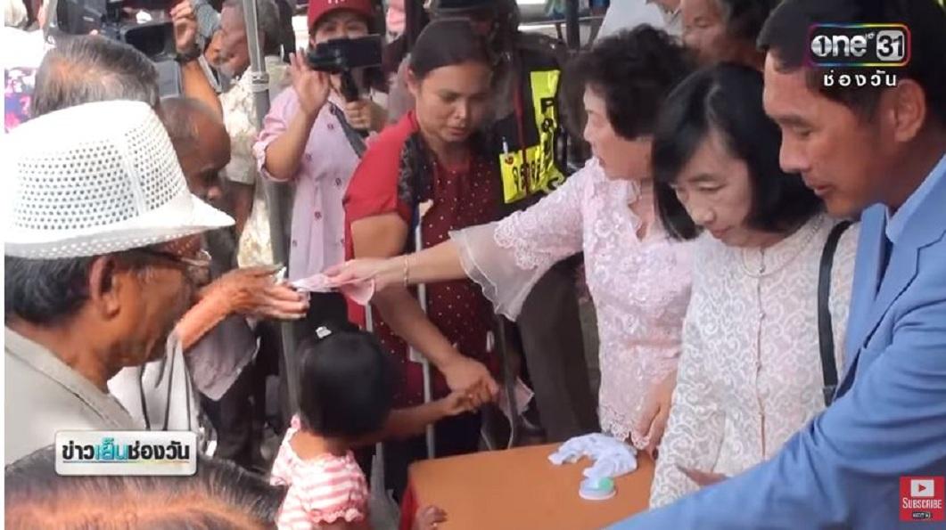 泰國知名企業的行政總裁日前回饋鄉里,發送鄉親每人300泰銖的現金。(圖/翻攝自YouTube) 富豪「泰」佛心!188萬現金免費送 回饋7千鄉親