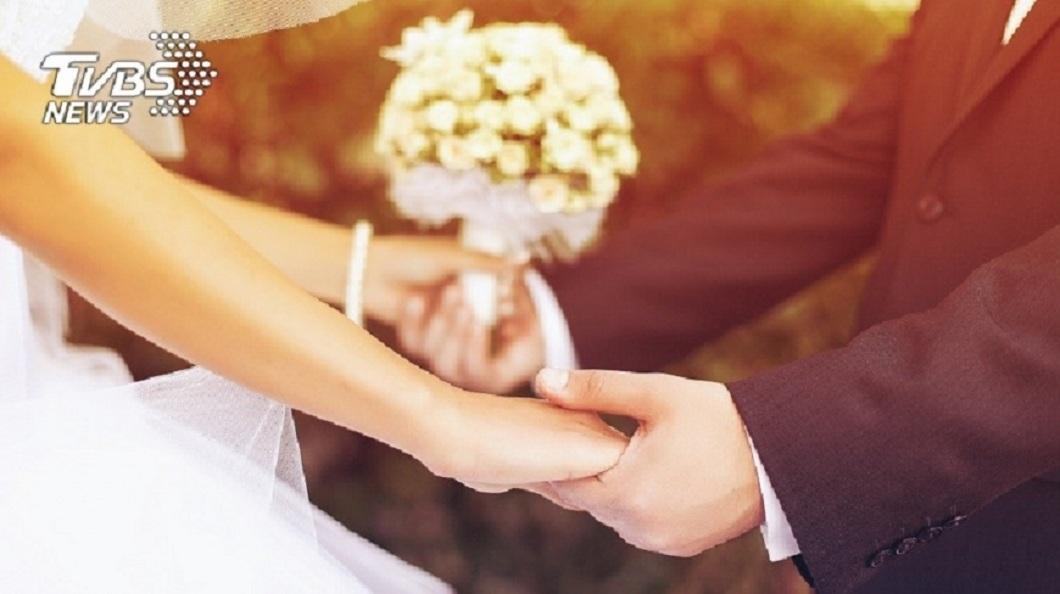 一名女網友結婚前夕,突然收到2名前主管不來的消息,得知原因後讓她氣哭了。(示意圖/TVBS) 2主管允去婚禮去卻放鳥 理由超傻眼:請在飯店包不起