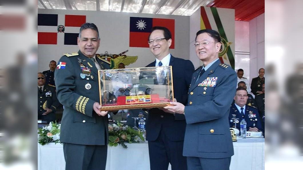 陸軍司令王信龍赴多國參加悍馬車捐贈儀式。圖/多明尼加國防部臉書 拿完悍馬車就斷交 多明尼加狠搧外交部耳光