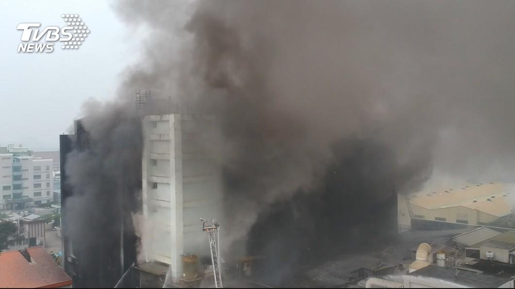 桃園敬鵬工廠大火意外,共造成7人死亡,當中包括5名打火弟兄。(圖/TVBS)