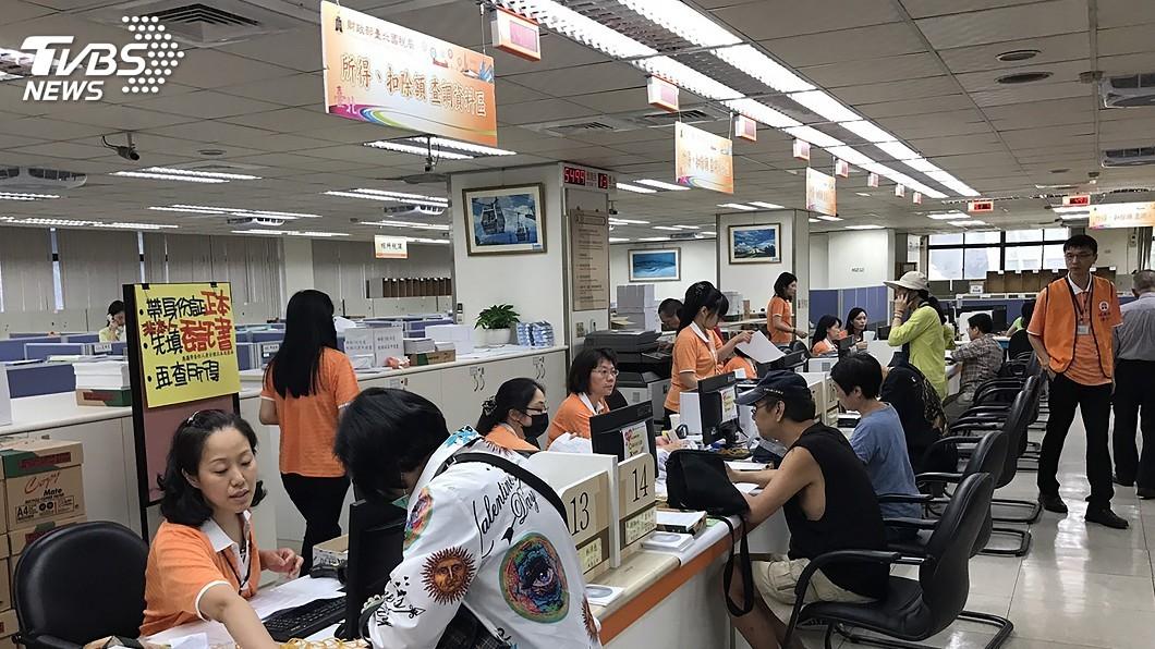 今天為報稅首日,國稅局人潮滿滿。圖/中央社