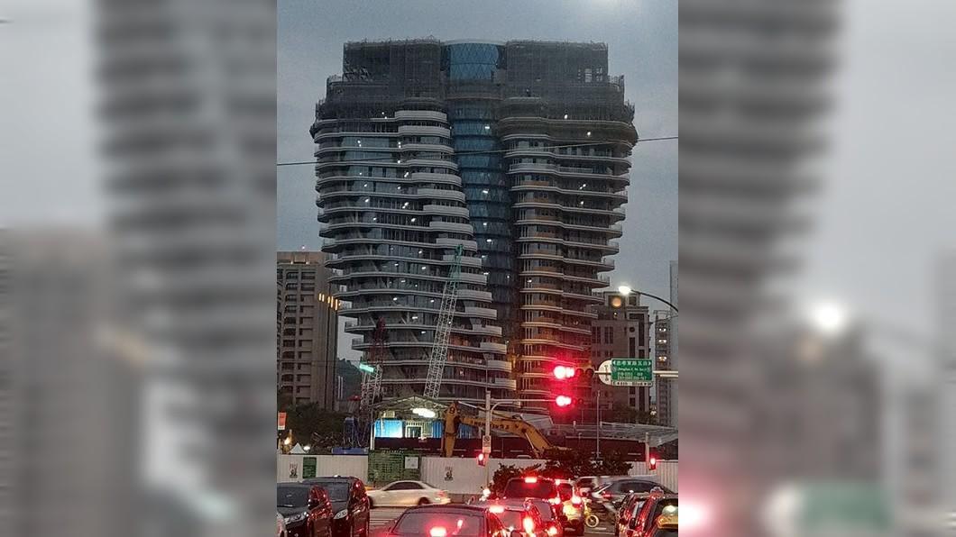 有網友在信義區發現這棟造型奇特的建築,頻頻詢問:誰敢買?(圖/翻攝至爆廢公社) 他問信義區這棟S型歪樓誰敢買?網虧:18億還買不到