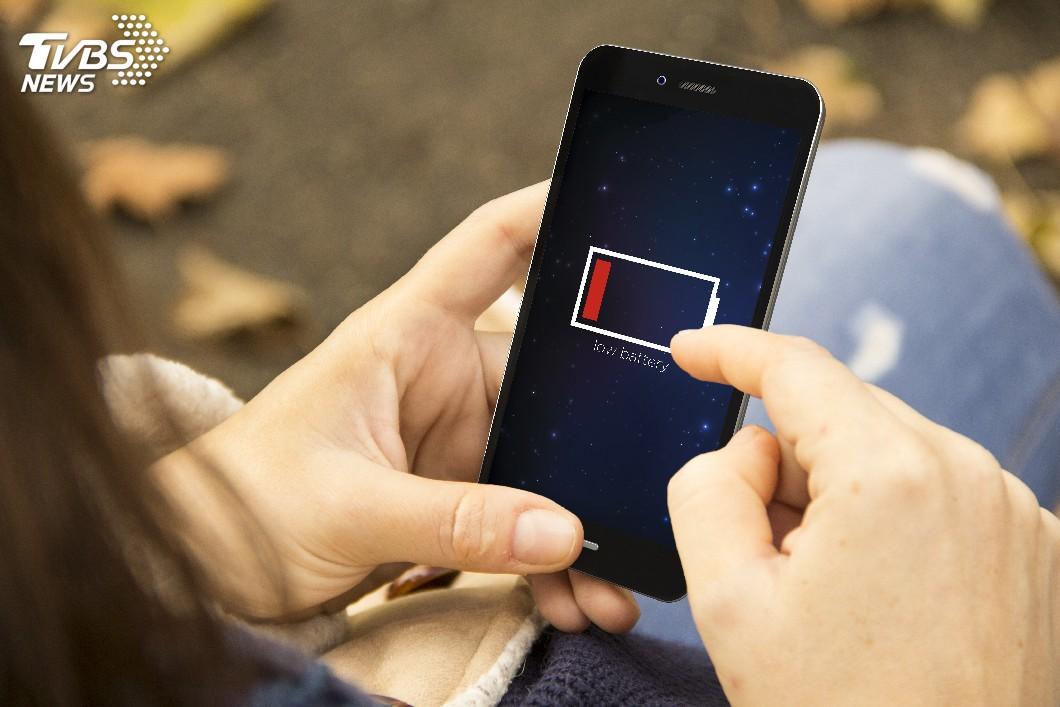 示意圖/TVBS 低頭族壞習慣!4種充電方式讓電池不持久