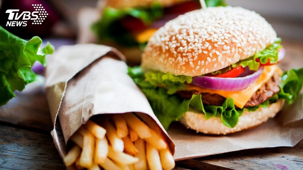 美國研究指出,速食會影響男性的精蟲數。 圖/TVBS 正在吃?漢堡薯條會減少男性精蟲 人類將「走向滅亡」