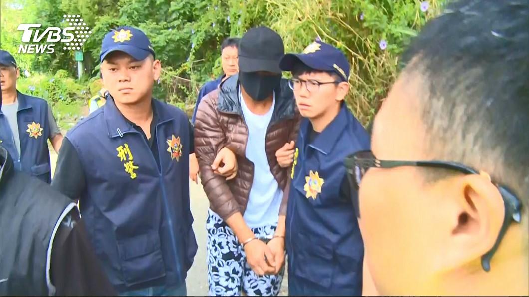 警方今日帶陳嫌回現場模擬犯案經過。圖/TVBS 餿水餵狗爆殺機?脫褲纏頸勒斃婦 退役海陸:我都餵雞排