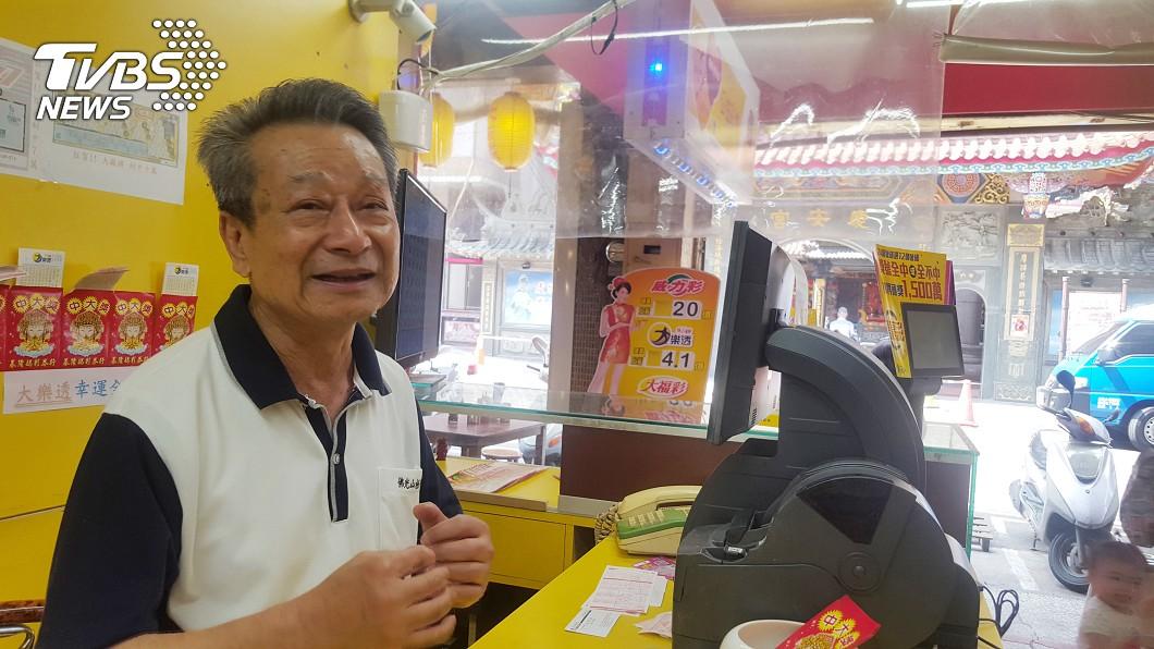 圖/中央社 基隆慶安宮對面開頭彩 老闆放鞭炮謝媽祖