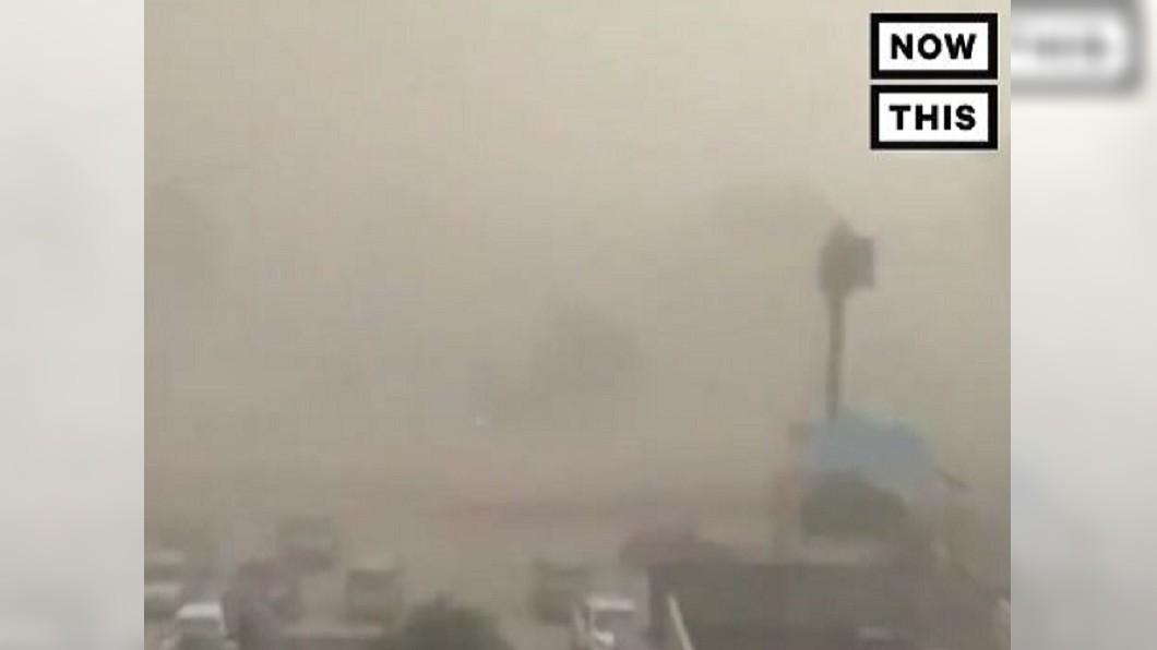 圖/NowThis推特 印度北部沙塵暴 樹倒房屋倒塌釀百死