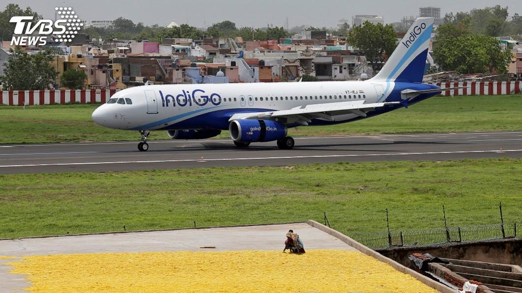 圖/達志影像路透社 印度靛藍航空班機延誤 乘客下機抗議
