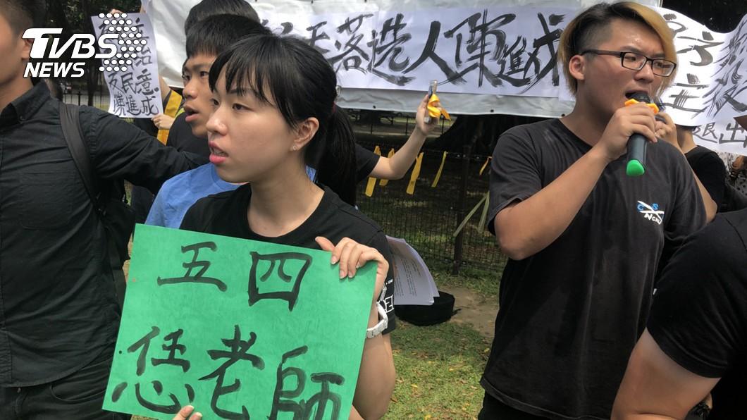 圖/中央社 綁黃絲帶聲援大學自治 成大爆推擠衝突