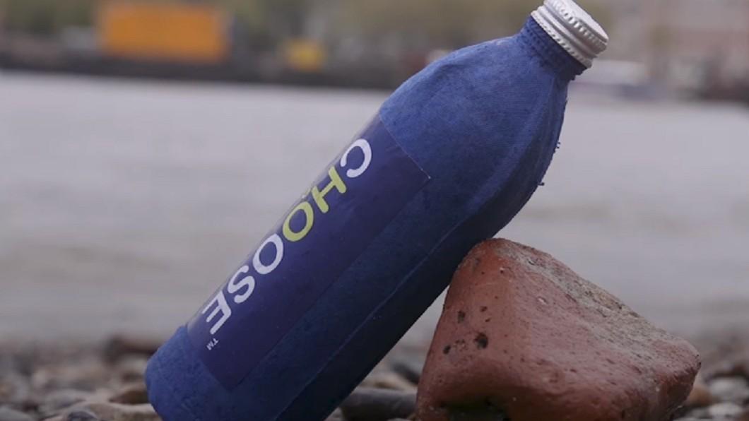 圖/翻攝YouTube 地球有救了!英男發明「防水紙瓶」終結塑膠瓶污染