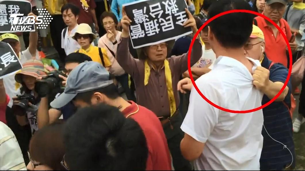 根據現場畫面,男大生確實遭人拉住衣領。圖/TVBS