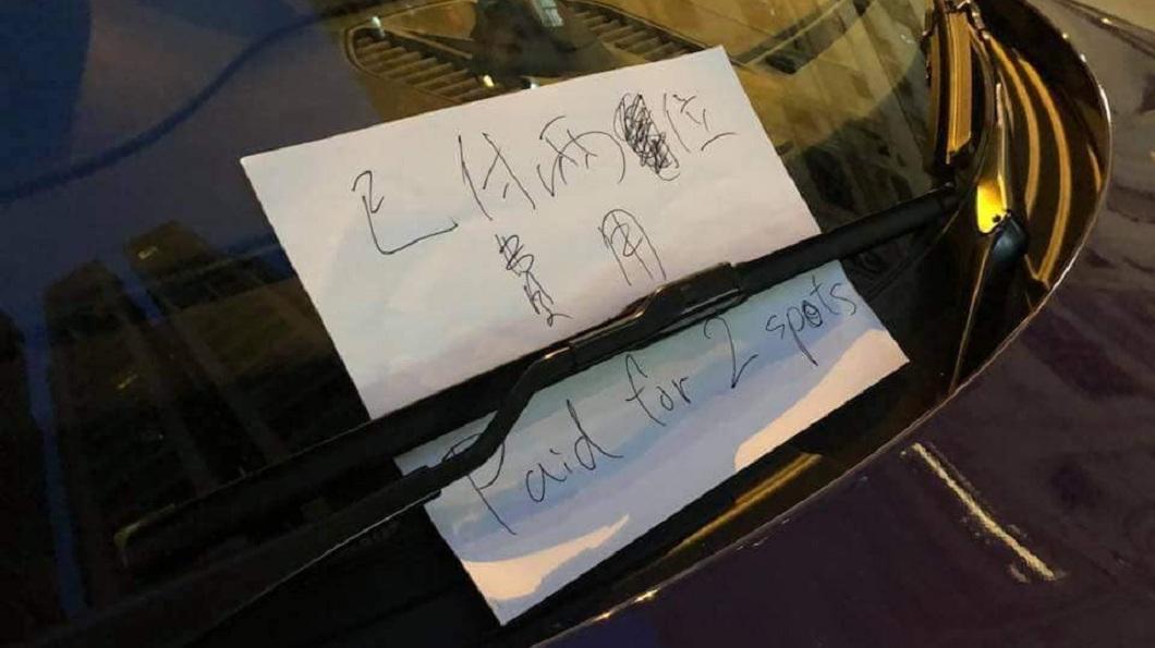 車主留下字條寫著「已付兩位費用 Paid for 2 spots」。(圖/翻攝自PLAY HARD 玩硬臉書粉絲團)