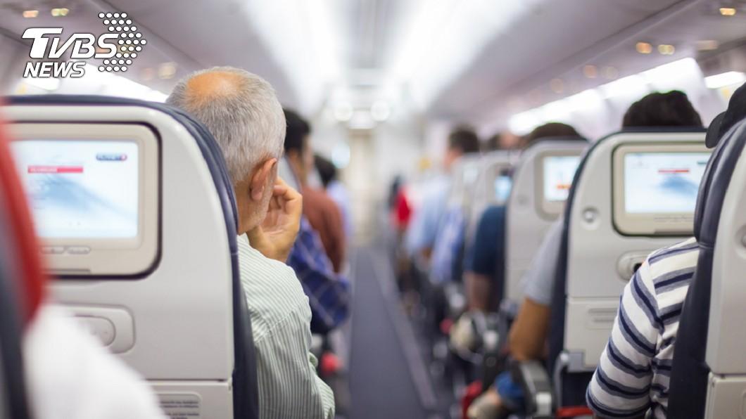 示意圖/TVBS 暖!8旬翁搭機找兒位上「失禁」 乘客這樣做…