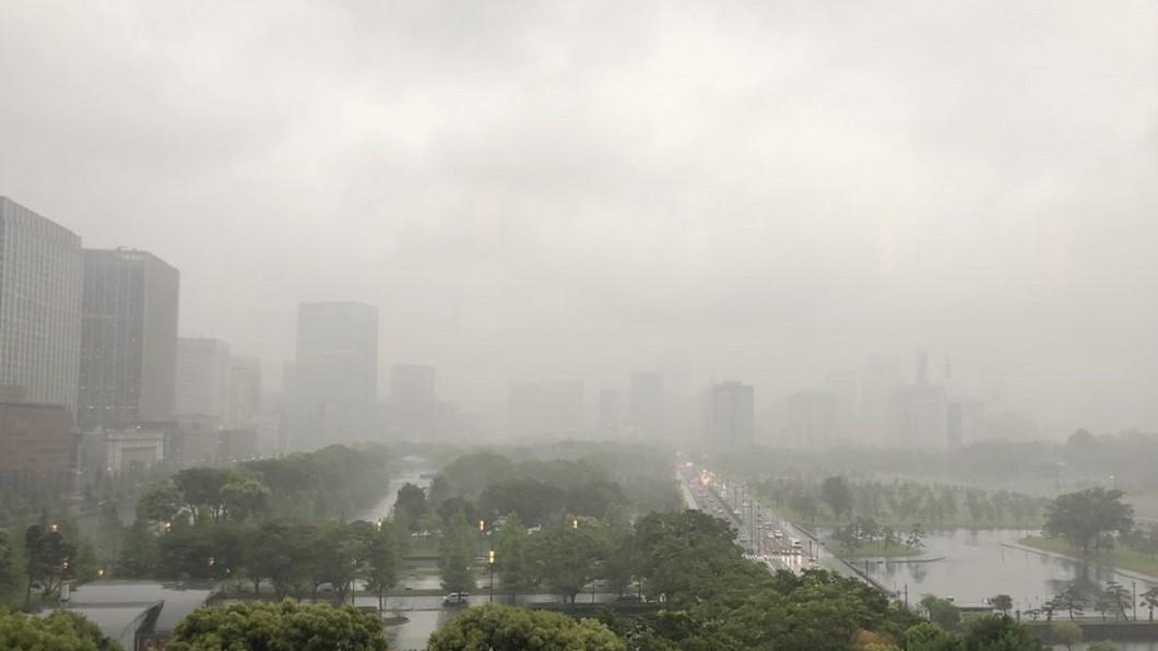 圖/Twitter 受鋒面影響!日本東京下大雨 氣溫驟降