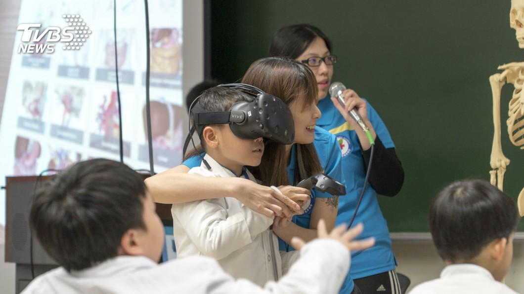 圖/TVBS 小小醫師營開課即秒殺 解剖學VR老師來上課!