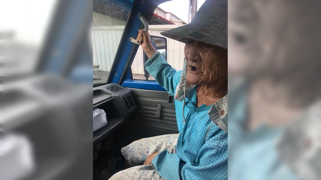 圖/翻攝爆廢公社 87歲嬤走10公里種田 暖男「幫載過程」讓上萬人笑翻