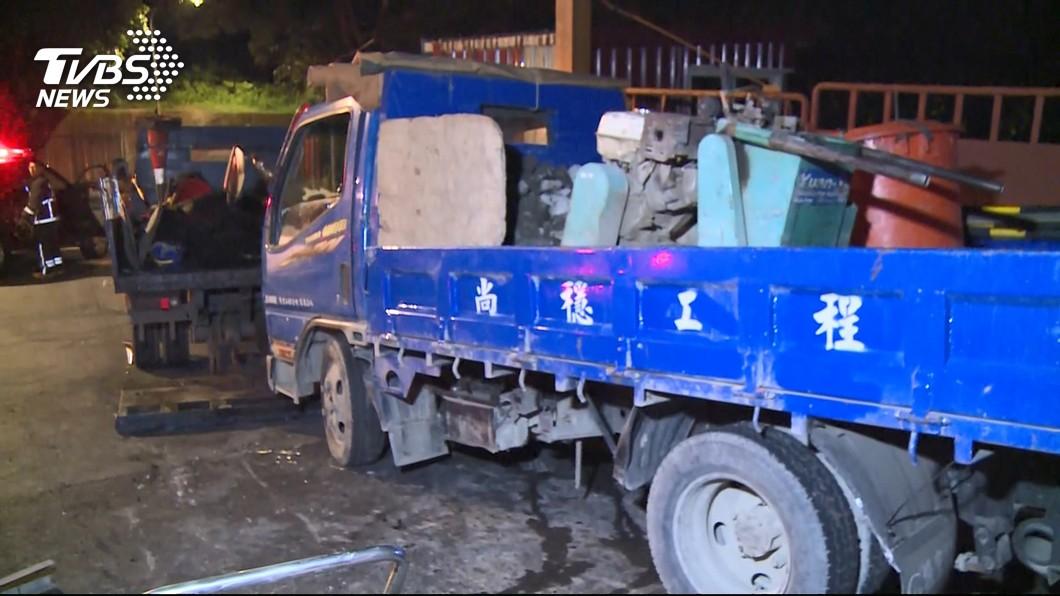 圖/TVBS 工程車突從斜坡高處滑下 3名工人遭夾擊