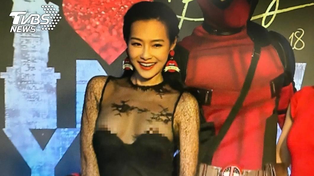 藝人王思佳今晚出席微風之夜,精心打扮但蕾絲薄紗卻不給力,一直往下滑,讓王思佳胸前兩點大走光。圖/TVBS