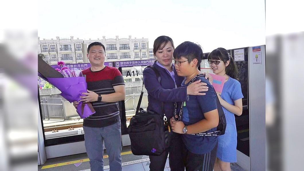圖/中央社 老公帶孩子衝上車送康乃馨 桃捷女司機秒落淚