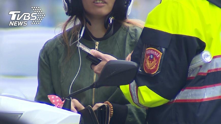 示意圖,與本文無關。圖/TVBS 闖紅燈被開單! 菜鳥警「1行為」網笑翻:你累了嗎?