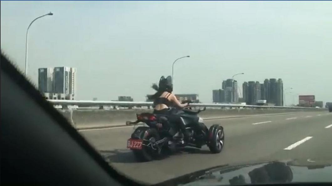 上月底也有網友發現這名重機女騎士,由於車號一樣,研判應該是同一人。(圖/翻攝自爆廢公社)