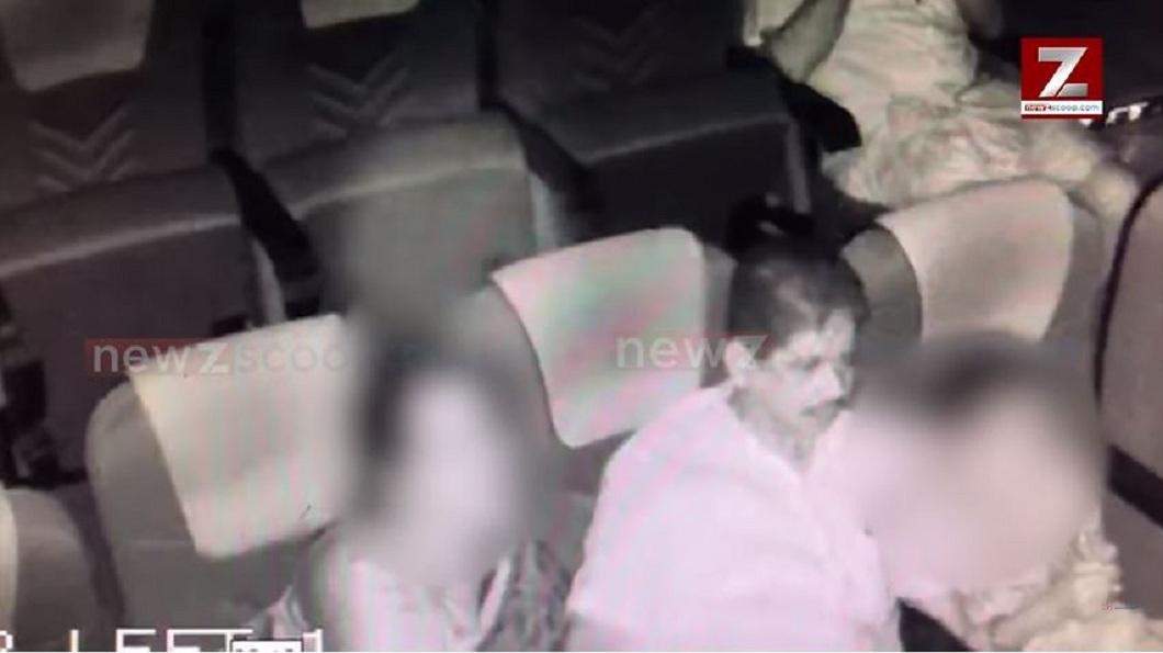女童的母親就坐在一旁,卻無視於富商的淫行,因此被外界質疑默許這一切。(圖/翻攝自YouTube)