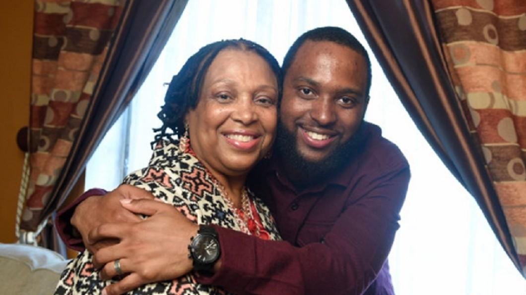 圖/翻攝《CBS》 高齡產婦堅持產子 30年後兒子成了她的救命恩人