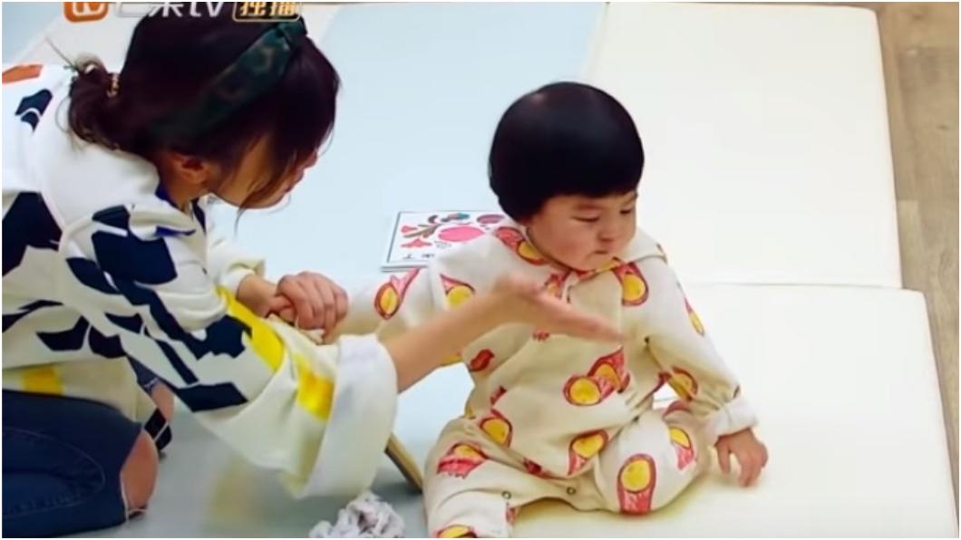 圖/擷取自影片 Bo妞愛咬拖鞋 賈靜雯「打嘴巴」教育惹議