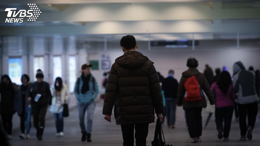 圖/中央社 疫情衝擊4月失業率升破4% 失業人數逼近50萬大關