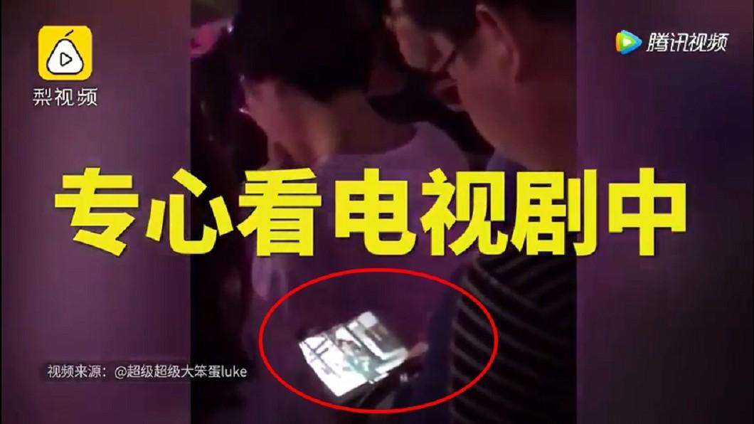 該名男子不為所動的坐在座位上看劇,絲毫沒有被周杰倫的歌聲吸引。圖/翻攝自YouTube