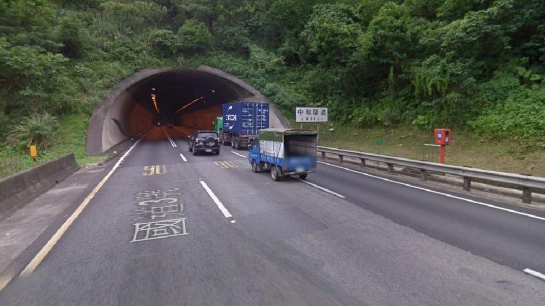 有女子在中和隧道前遇到塞車,竟異想天開打倒車檔變換車道,結果撞上後方轎車。(示意圖/翻攝自Google Map) 國道遇到大塞車 三寶在隧道內「倒退嚕」變換車道