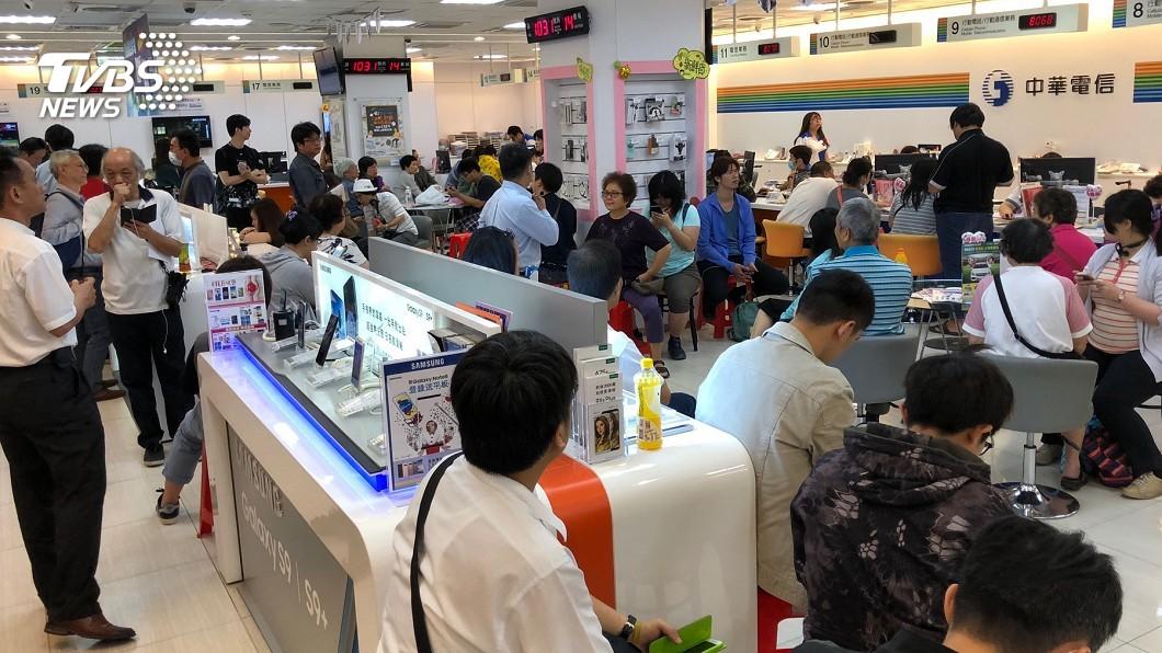 因為這次的499之亂,導致有中華電信的門市員工過於勞累而昏倒。(圖/TVBS)