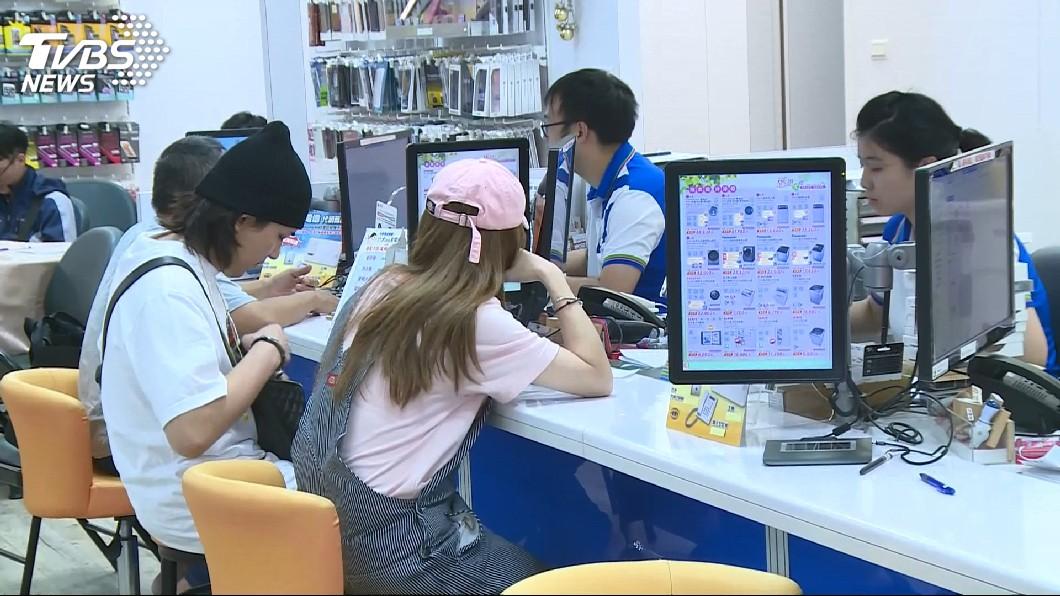 中華電信的499之亂,造成全台門市和民眾一陣混亂。(圖/TVBS) 中華電信「499之亂」 員工爆:加班改用手抄本避勞檢