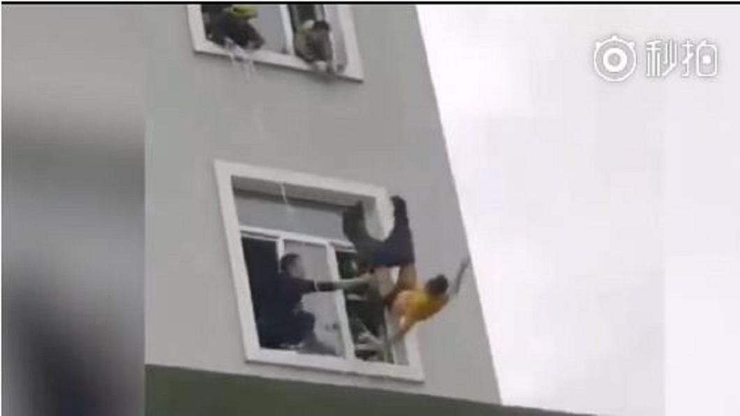 儘管警消人員試圖拉住,但男子還是從5樓墜下身亡。(圖/翻攝自微博)