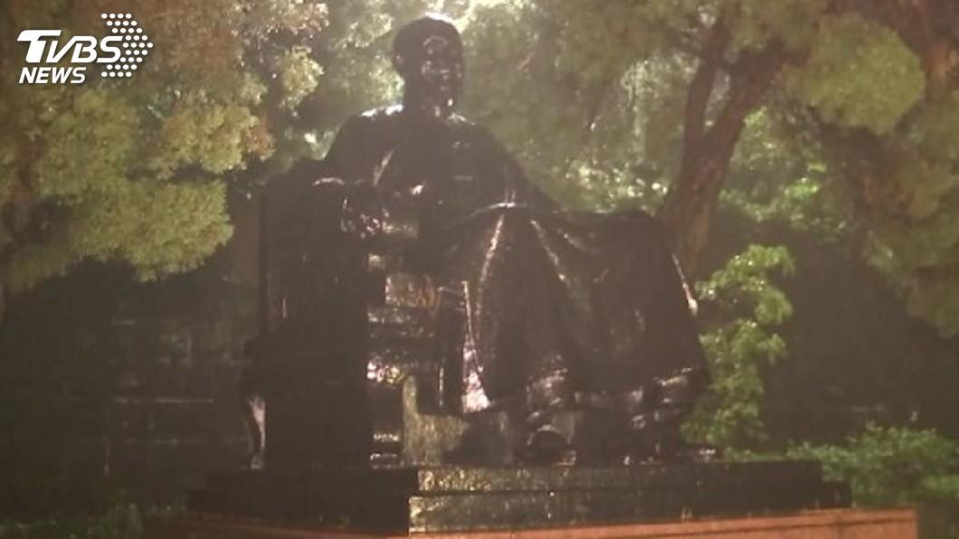 郭男將陽明山公園辛亥光復樓前的蔣公銅像頭部鋸下帶走,高院判賠5.5萬元確定。(圖/TVBS資料畫面) 鋸下蔣介石銅像頭部 男子須賠5.5萬元確定