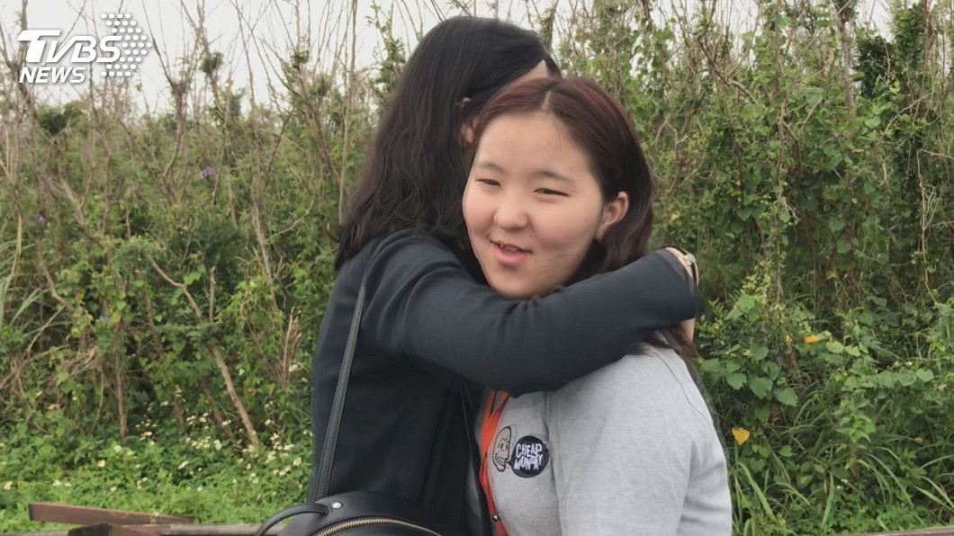 加入合唱團後,她逐漸敞開心房。圖/TVBS
