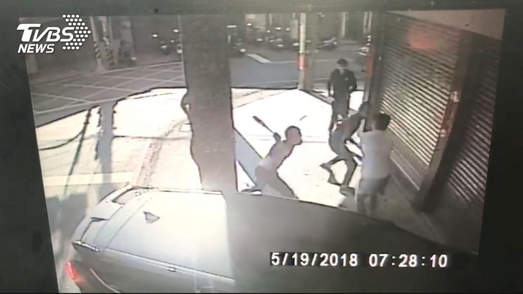 黃男在街頭遭追砍。圖/TVBS 幫「女友」出氣!彰化斷指案逮4嫌 她卻是男兒身