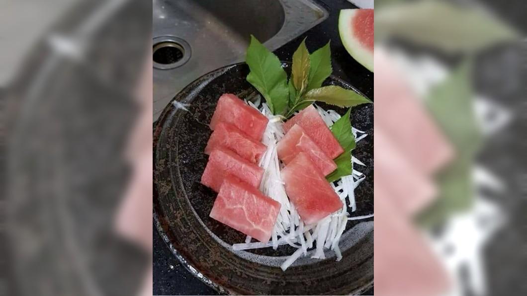 網友發揮創意將西瓜切成生魚片大小,看起來跟真的生魚片切盤非常相似。圖/翻攝自《爆廢公社》臉書 超有才!繳稅完沒錢吃日式料理 他切「西瓜」偽裝生魚片