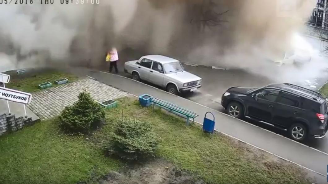 圖/翻攝自YouTube 影/水管突爆裂噴發 白髮婦慘被泥水吞沒