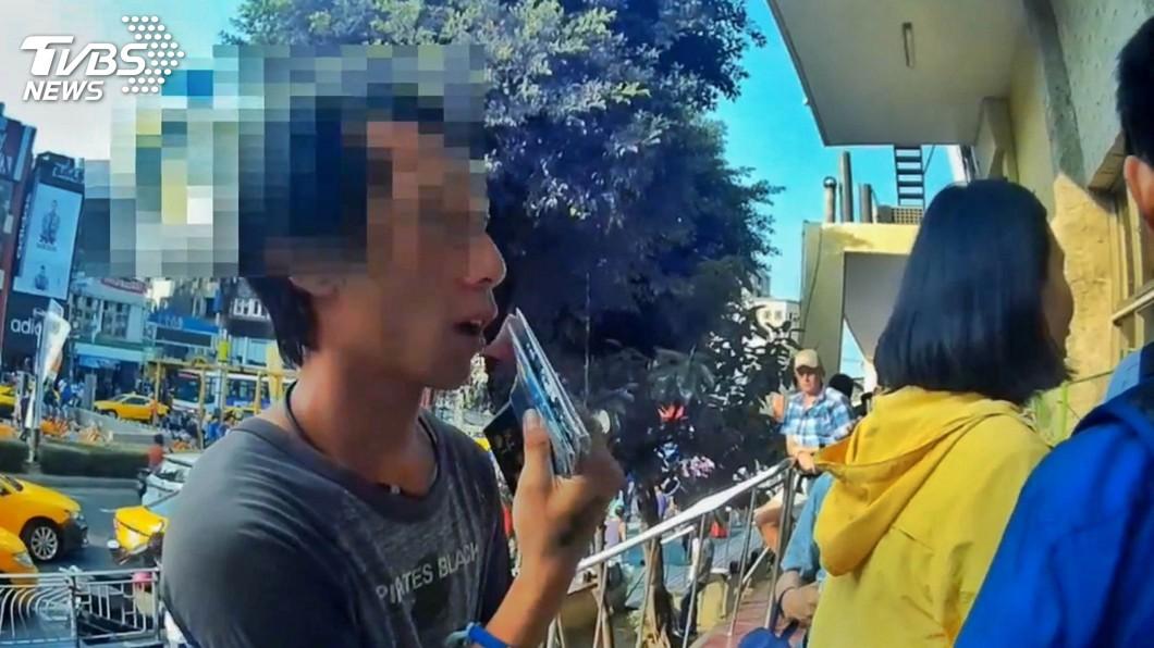 圖/中央社 火車站販售愛心筆 男子強迫推銷函送裁罰