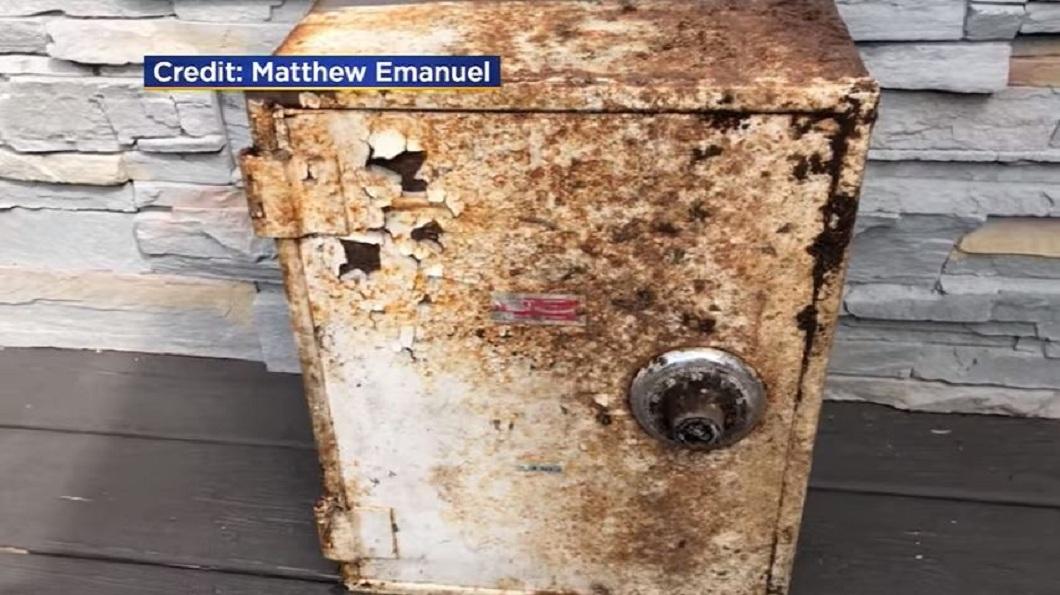 美國紐約一對夫妻日前在整理自家後院時,發現一個生鏽的保險箱。(圖/翻攝自YouTube) 後院挖出保險箱…內藏155萬珠寶 好心夫妻歸還失主