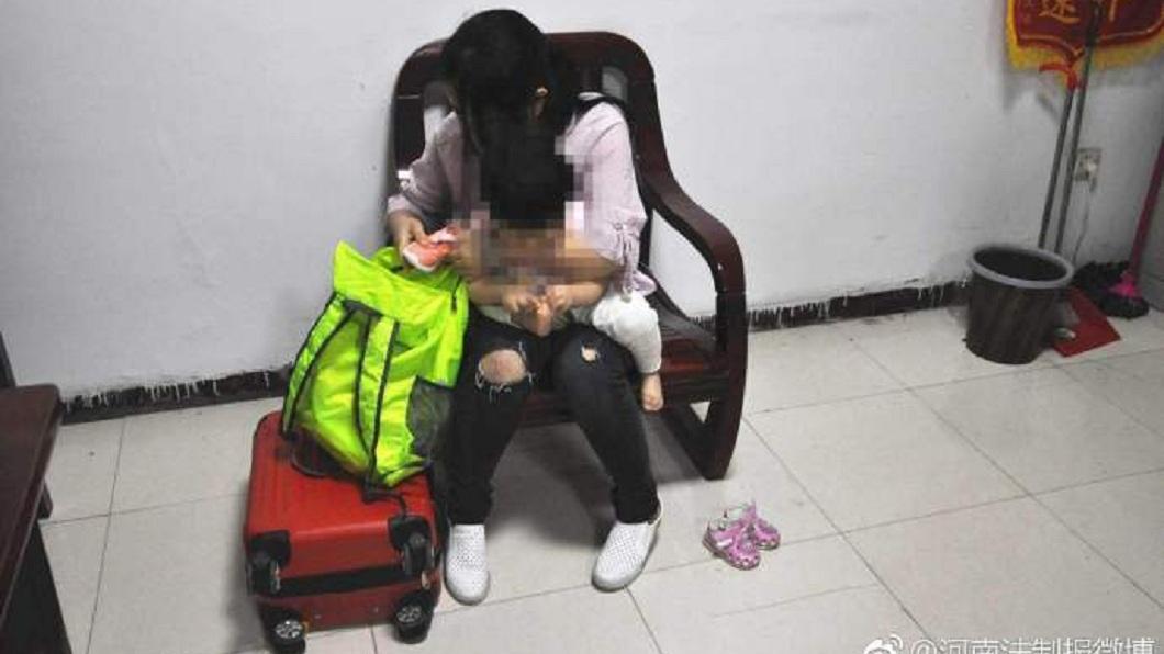 河南一名年輕母親,竟然把1歲多的女兒賣給人口販子。(圖/翻攝自微博) 狠母賣女賺23萬誆失蹤 拿到錢揮霍買彩妝