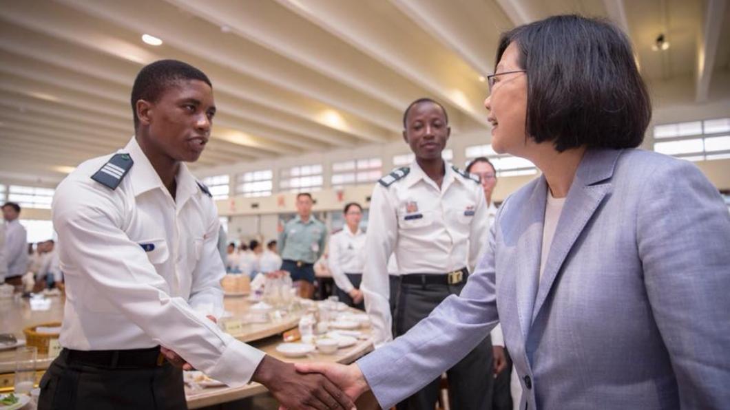 蔡總統4月28日還特別與史瓦濟蘭、布吉納法索的交換學生握手致意。圖/蔡英文臉書