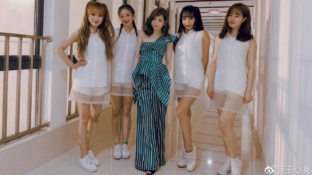 王心凌在跳舞遊戲中被稱為是「炫舞天后」,26日也首度現場在大陸創下3億點播率的神曲《水仙》。(圖/翻攝自微博)