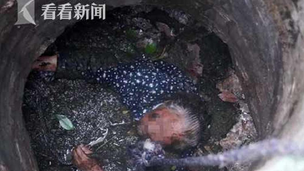 安徽合肥一名8旬老奶奶,日前不慎掉落在化糞池內,險些滅頂。(圖/翻攝自看看新聞) 8旬嬤掉進化糞池 勇消跳入讓她踩肩獲救