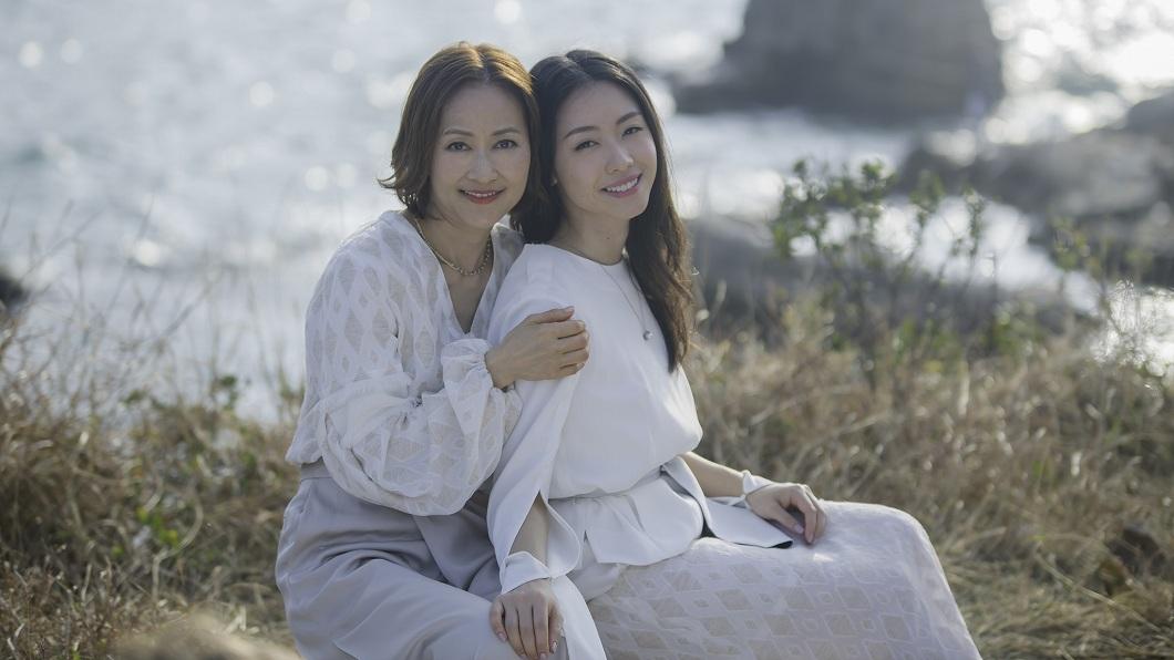 譚秀碧(左)當年在選秀輸給張學友奪亞軍,34年後她和女兒組成團體再戰歌壇。(圖/翻攝自「MissMrs」臉書粉絲團) 歌唱比賽輸張學友奪亞 34年後她和女兒組團出道