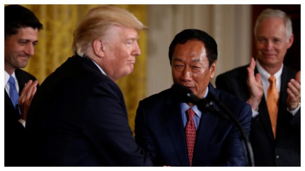 美國總統川普(左二)高調迎接郭台銘(右二)投資美國,陸媒以「千萬別讓郭台銘跑掉!」為題大幅報導。(圖/中央社)