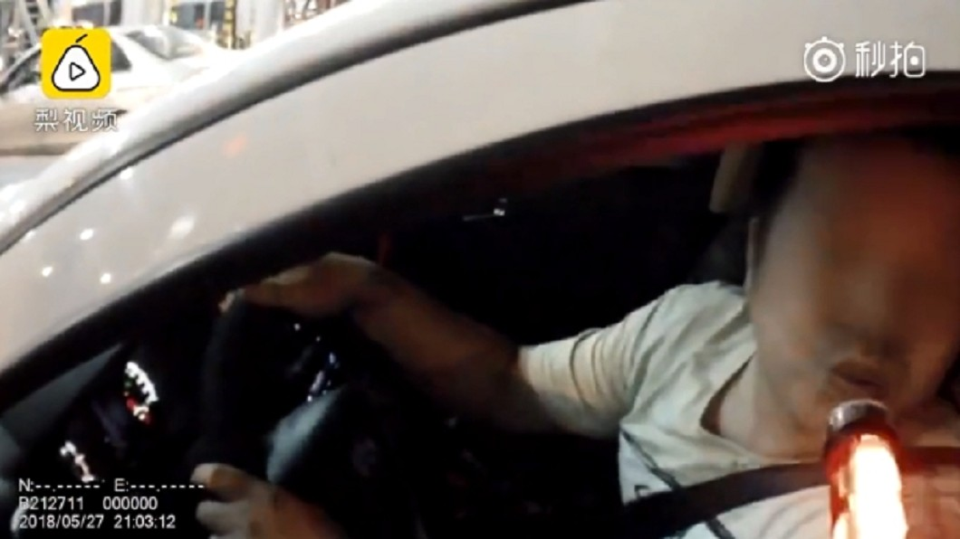 圖/翻攝自《梨視頻》 不只吃荔枝 車裡噴這個酒駕臨檢竟有反應