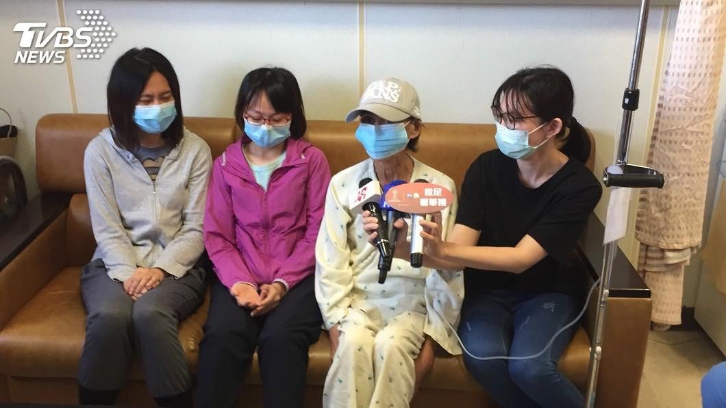 最後由老二(左一)捐腎,老么(左二)捐肝,分別救了母親一命。(圖/高雄長庚提供)